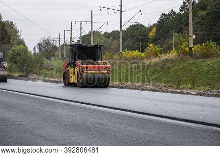 Asphalt Road Roller With Heavy Vibration Roller Compactor Press New Hot Asphalt On The Roadway On A