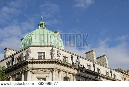 Doncaster, Yorkshire, England - October 7, 2020. Hsbc Uk Doncaster Bank With Roof Dome And Statues D