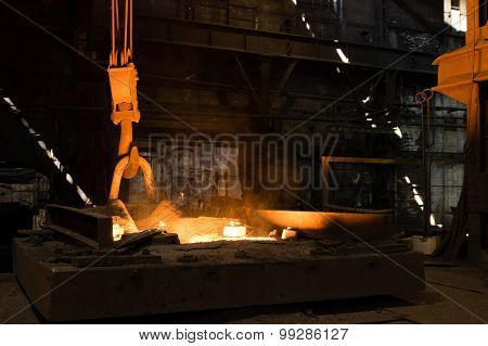 Furnace With Hot Liquid Metal