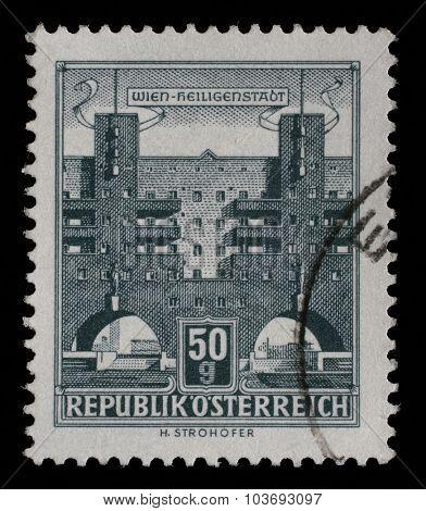 AUSTRIA - CIRCA 1959: A stamp printed in Austria shows Karl Marx Hof by Karl Ehn architect, at Heiligenstadt, Vienna, series, circa 1959