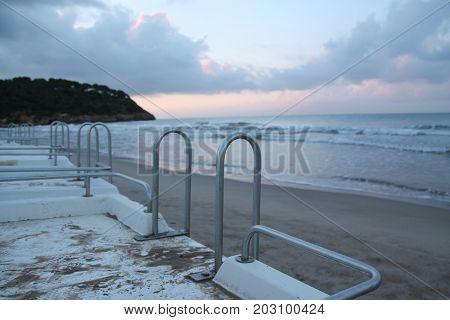 Barco reposando anclado en la arena de la playa
