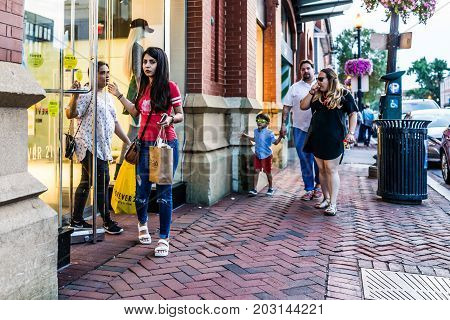 Washington Dc, Usa - August 4, 2017: Young People Walking By Forever 21 Store In Evening Downtown Ge