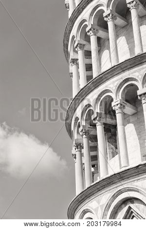 Black and white image of the leaning tower of Pisa, a symbol of Italy