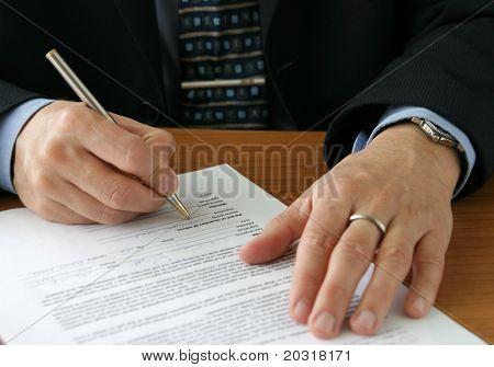 empresário, escrevendo em um formulário
