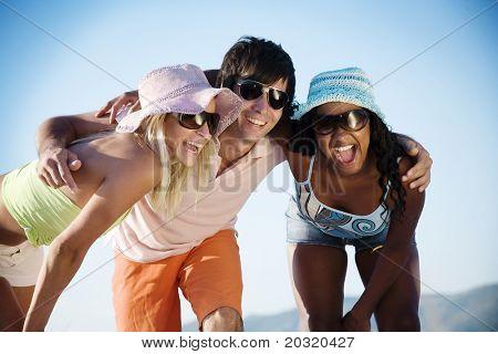 재미 해변에 젊은 사람들이