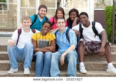 eine Gruppe von College-Studenten, männlichen und weiblichen Bevölkerung
