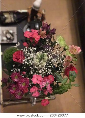 Arreglo floral estilo vintage con una mezcla de colores y texturas