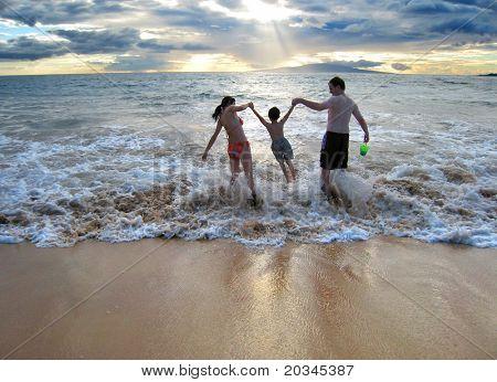 Familia disfrutando de sus primeras vacaciones juntos