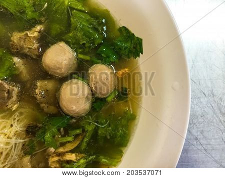 Noodles braised pork in a bowl .
