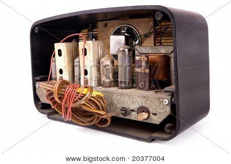 abierto detrás de un viejo receptor de radio vintage, trazado de recorte incluido