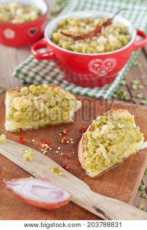 Cream made with stuffed green split peas and sauce of olive oil and fried onions served on bread slices.