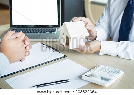 Real estate agent to present the property (house) to customer.