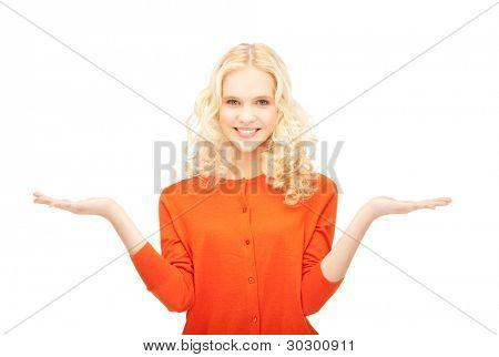 mooie vrouw iets weergegeven op de palmen van haar handen