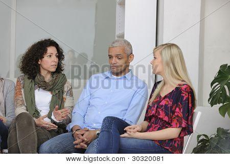 Gruppentherapie: unterschiedliche Menschen sprechen und Unterstützung