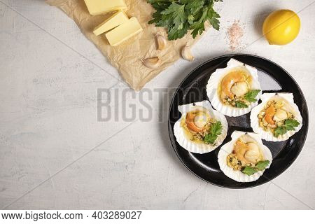 Baked Scallops With Caviar And Creamy Garlic Sauce. Scallops, Lemon, Garlic, Parsley, Butter And Sal