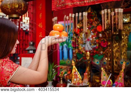 Chinese Women Offer Sweet Oranges To The Gods. To Worship As Auspicious New Year