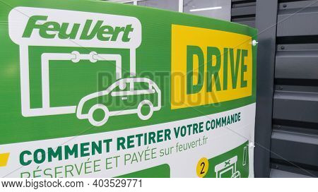 Bordeaux , Aquitaine  France - 01 10 2021 : Feu Vert Drive Logo And Text Sign Front Of Station Autom