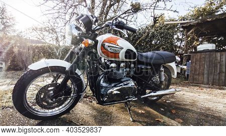 Bordeaux , Aquitaine  France - 01 10 2021 : Triumph Bonneville T100 Bonnie Carburetor Bike Detail Si