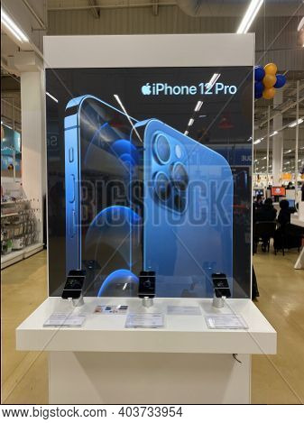 Paris Suburb, France - 3 January 2021: Latest Iphone 12, 12 Pro And 12 Pro Max Are In Display At A S