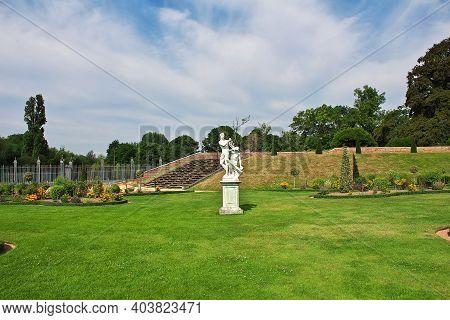 Hampton Cort, Uk - 08 Aug 2013: The Monument In Castle Of Hampton Court, England