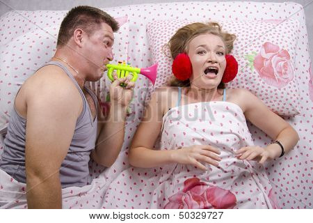 The guy woke girl pipe lying in bed