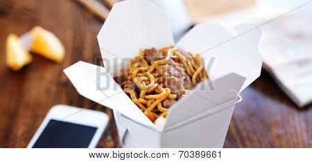beef lo mein in take out box panorama