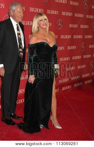 PALM SPRINGS - JAN 2:  Suzanne Somers at the 27th Palm Springs International Film Festival Gala at the Convention Center on January 2, 2016 in Palm Springs, CA