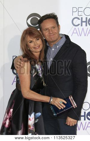 LOS ANGELES - JAN 6:  Roma Downey, Mark Burnett at the Peoples Choice Awards 2016 - Arrivals at the Microsoft Theatre L.A. Live on January 6, 2016 in Los Angeles, CA