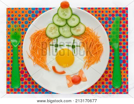 Fun food idea for kids - fried egg vegetables happy clown face