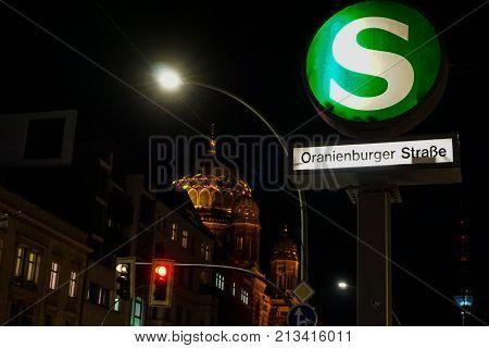Sbahnhof in Berlin mit Synagoge im Hintergrund an der Organienburger Strasse