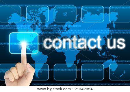 Hand drücken kontaktieren Sie uns-Taste auf einem Touch-Screen-Oberfläche
