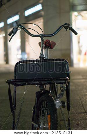 Fahrrad auf Bürgersteig abgestellt mit Schild auf der Front