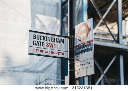London, Uk - July 15, 2019: Street Name Sign For Buckingham Gate And Bus Stop Sign For Buckingham Pa