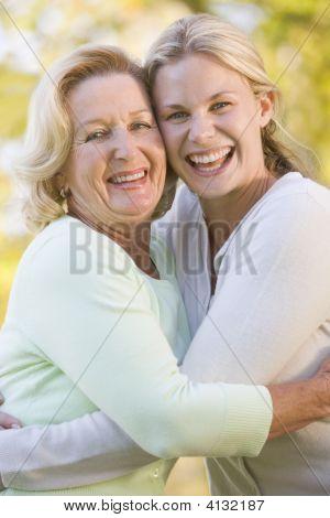 Matka objímala vyrostli dcera