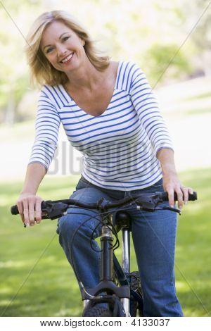 Frau auf Fahrrad lächelnd outdoors