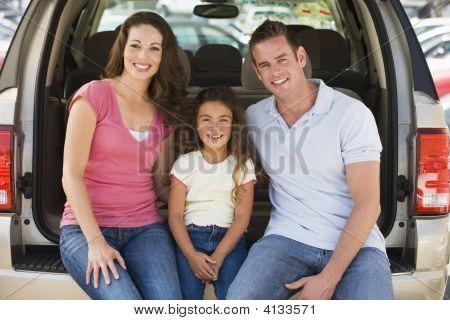 Familien, die sitzen auf der Rückseite des van lächelnd