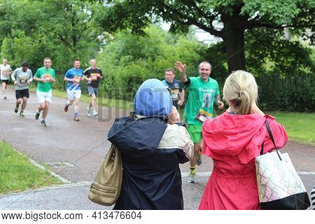 Glasgow, Scotland, Uk - June 21, 2015: Spectators Watching Runners At Glasgow Green During The Glasg