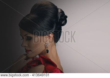 Profile Photo Of Vogue Style Fashion Woman In Jewelry, Background With A Gradient From Dark To Light