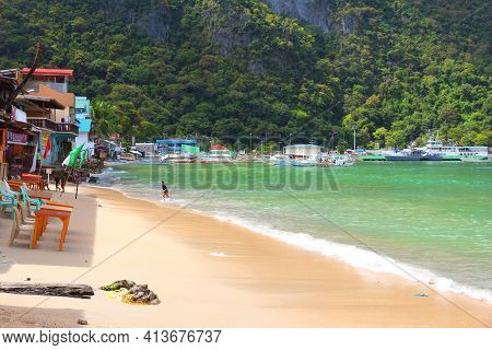 Palawan, Philippines - December 2, 2017: Children Play In The Beach Of Tourist Resort Town Of El Nid