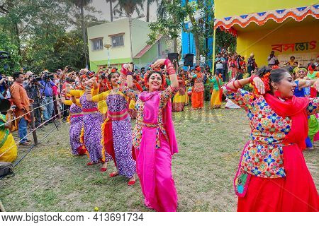 Kolkata,india- 9th March 2020: Girl Dancers,dressed In Colourful Sari (traditional Indian Dress) And