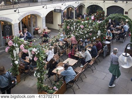 London, Uk - 20 September 2020, Lots Of People Get Together In Covent Garden Market, By Eating, Chat