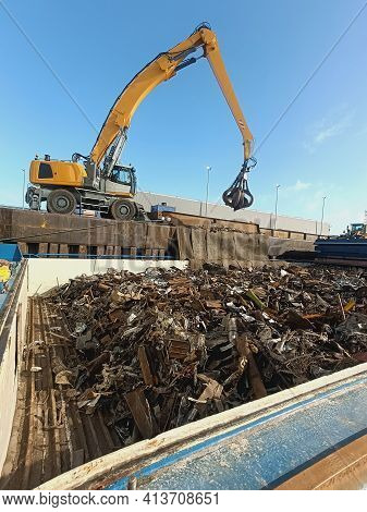 Loading And Unloading Work With A Grab With A Manipulator Metal And Metal Waste From The Hold Of The