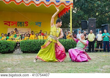Kolkata, West Bengal, India - 9th March 2020 : Young Bengali Male And Female Dancers Dressed In Colo