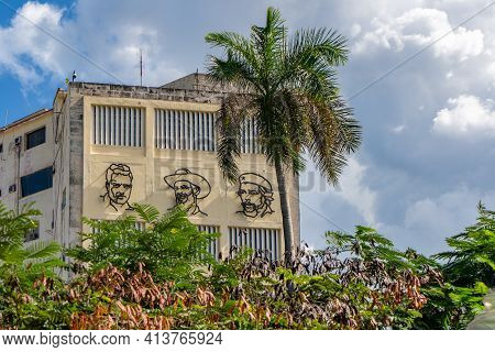 Havana Cuba. November 25, 2020: Image Of Mella, Camilo And Che, On The Facade Of The Building Of The