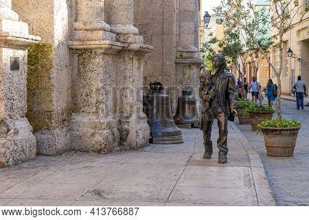 Havana Cuba. November 25, 2020: Bronze Statue Of The Knight Of Paris, In Old Havana In Front Of The