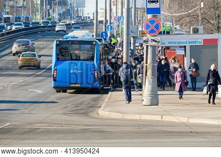 Moscow. Russia. March 24, 2021. Crowds On Boarding And Disembarking From Buses Near The Kaluzhskaya