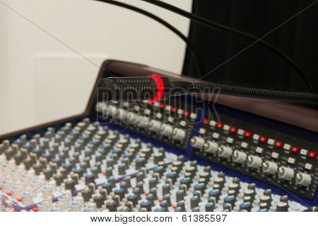 Microphone and mixing console