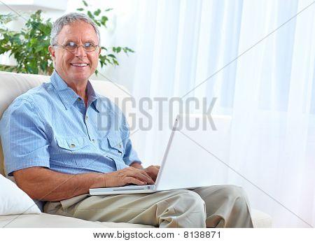 Senior Man mit laptop
