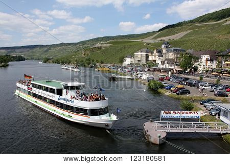 Bernkastel Kues. May-28-2011. Boat sails after a cruise on the Moselle to the gangway at Bernkaster-Kues. Germany