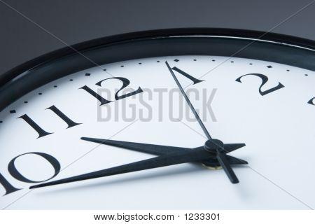 weiß-Uhr mit schwarzen Rahmen auf grauem Hintergrund